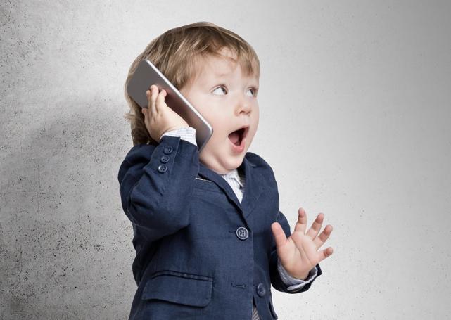 chłopiec ztelefonem wdłoni